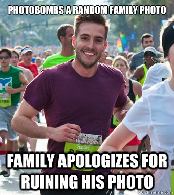 Photobombs a random family photo Family apologizes for ruining his photo