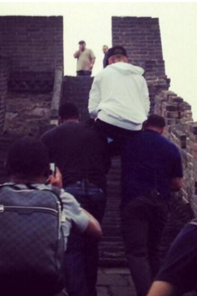Justin Bieber got carried up the Great Wall of China... -   Misc